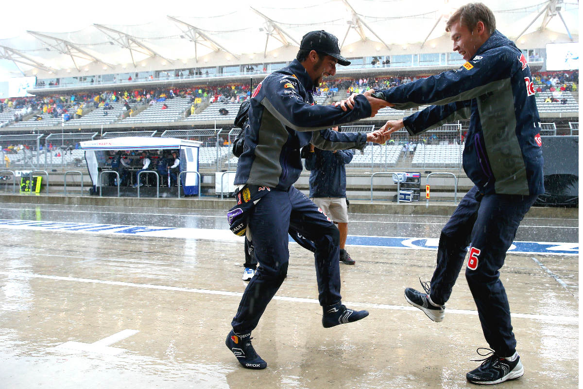 Daniel Ricciardo y Daniil Kvyat, pilotos de Red Bull, bailan bajo la lluvia en el paddock de Austin. (Getty)