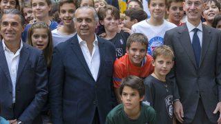 Silver (a la derecha de la imagen) rodeado de niños en compañía de José Luis Sáez y Sergio Scariolo