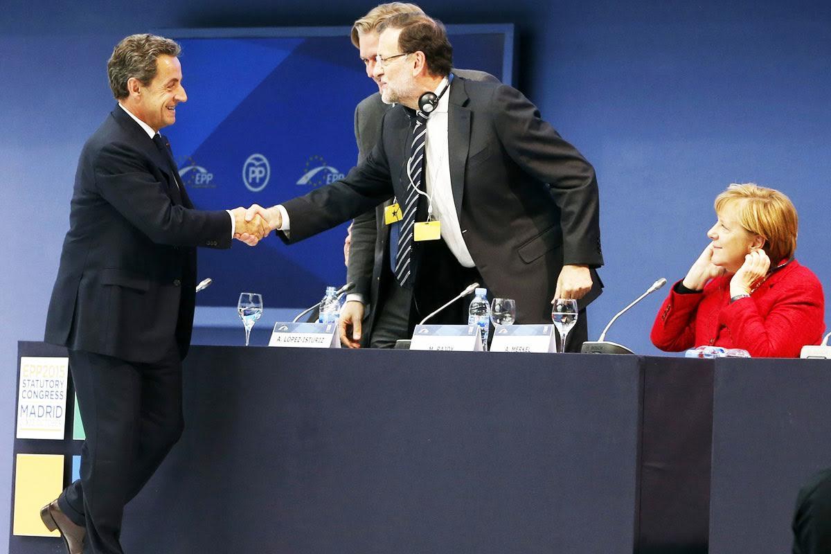 Nicolas Sarkozy saludando a Mariano Rajoy y Angela Merkel en el congreso del PPE. (Foto: EFE)