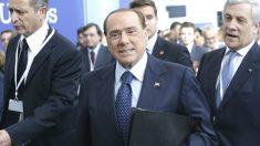 Sillvio Berlusconi entrando en el Congreso del PPE. (Foto: EFE)