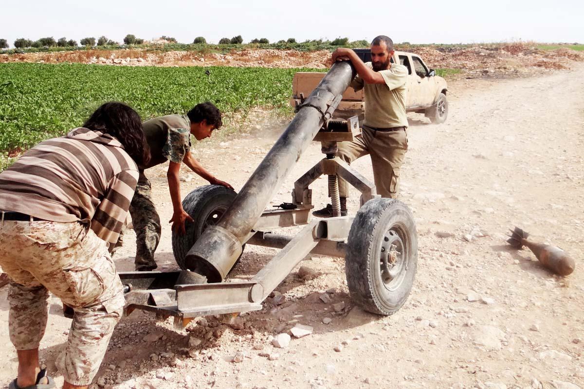 Rebeldes sirios rivales de Bashar Al Assad preparan un cañón para derribar aviones (Foto: Getty)