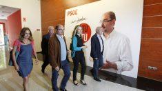 La diputada socialista Susana Sumelzo (a la izquierda), en 2015 junto al presidente del Gobierno de Aragón, Javier Lambán (Foto: Efe)