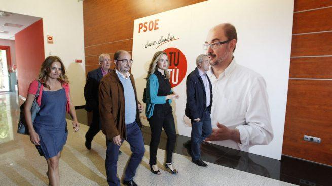 La diputada socialista Susana Sumelzo (a la izquierda), el pasado mes de mayo junto al presidente del Gobierno de Aragón, Javier Lambán (Foto: Efe)