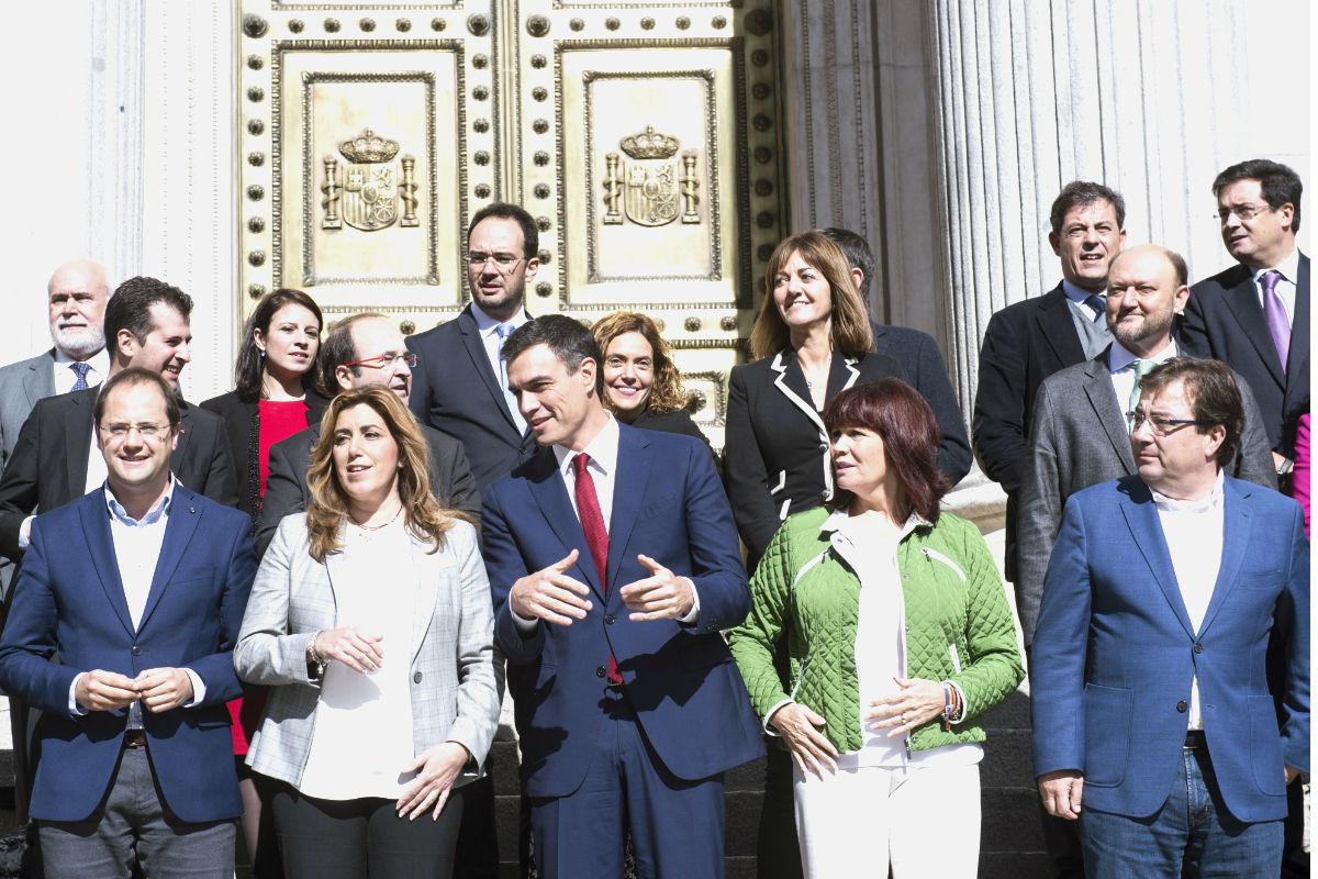 Susana Díaz posando en la escalinata del Congreso con todos los barones. (Foto: EFE)