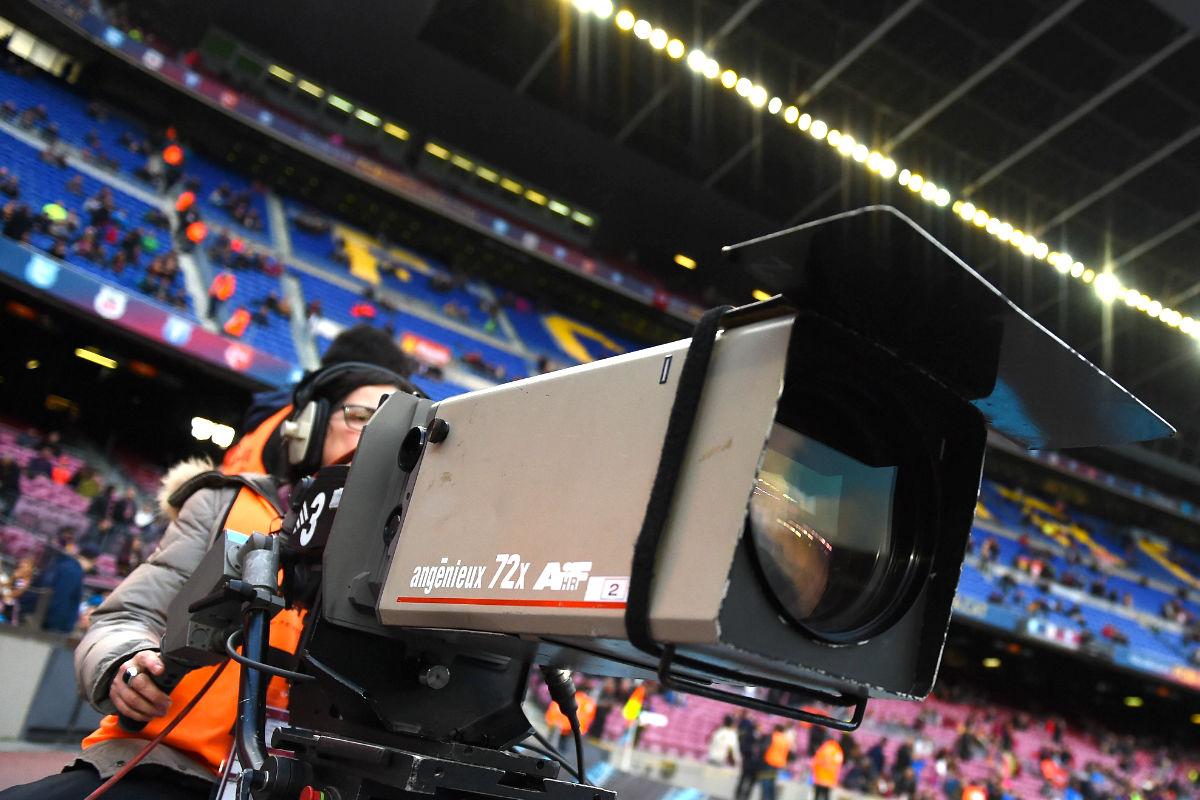 Una cámara durante la retransmisión del Barça-Levante esta temporada (Getty)