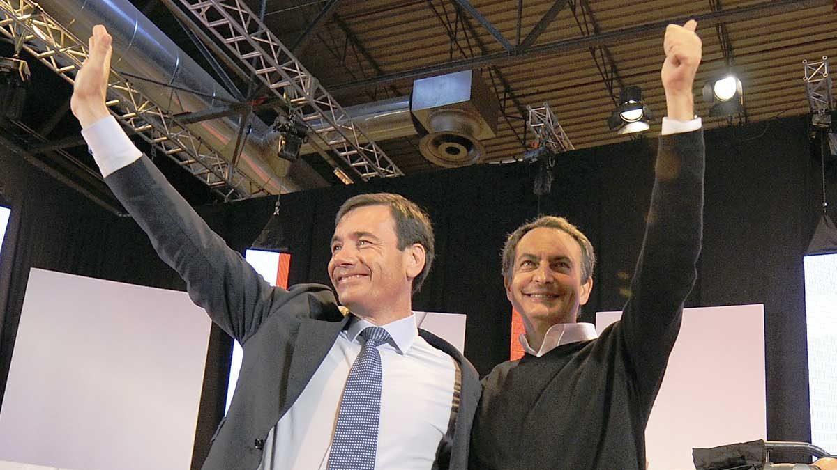 Tomás Gómez junto a José Luis Rodríguez Zapatero en un mitin del PSOE. (Foto: AFP)