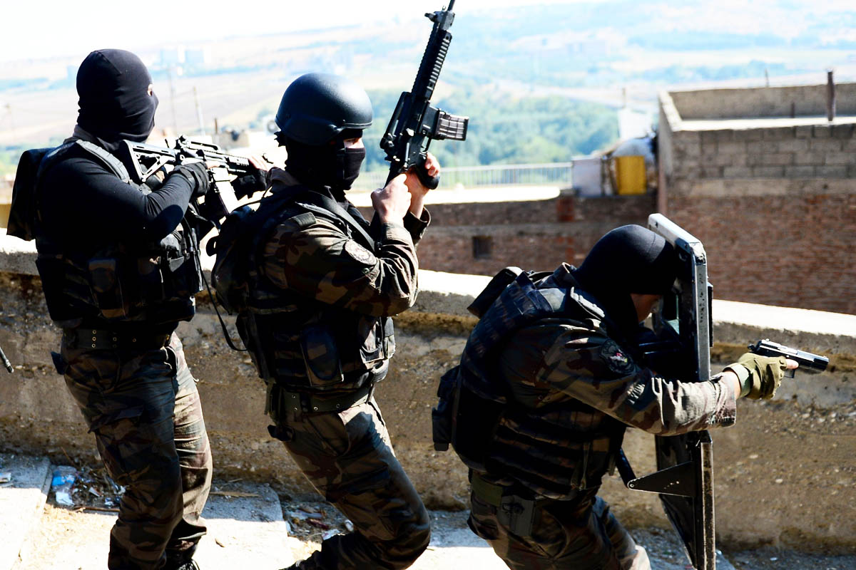 Militares turcos realizan actividades antiterroristas en Diyarbakir (Foto: Getty)