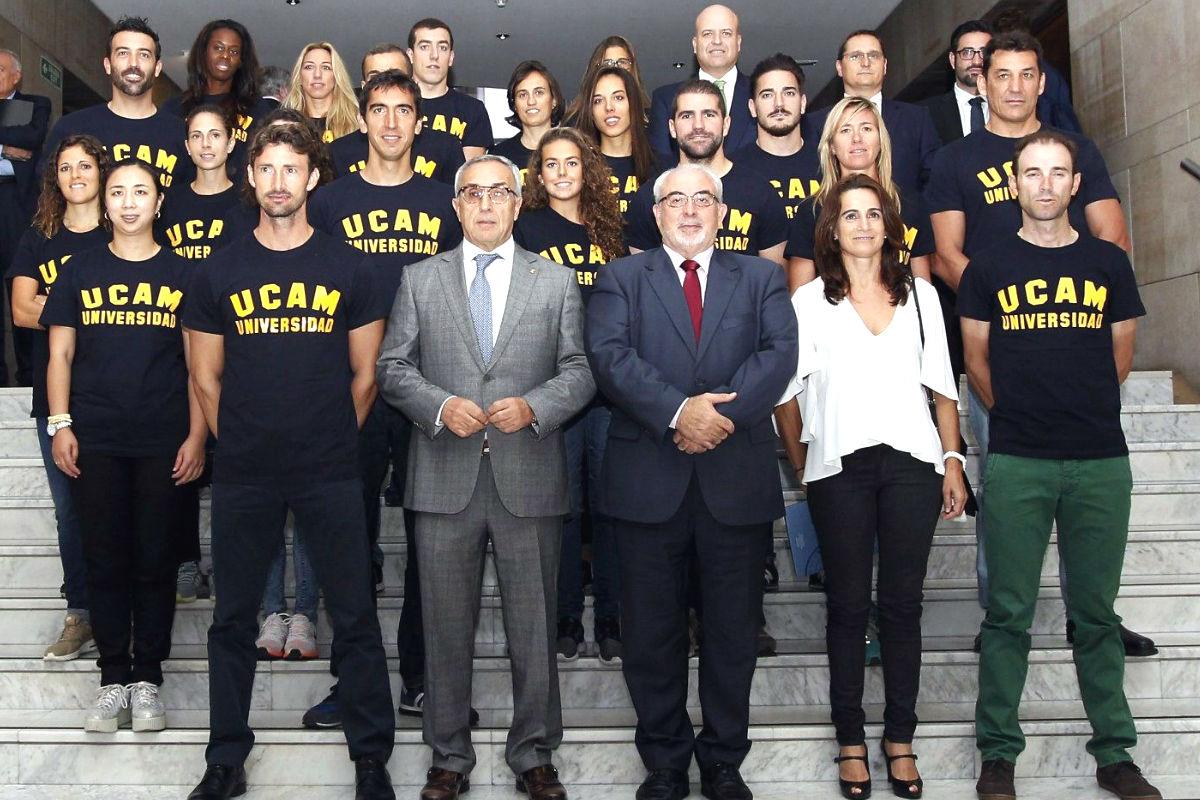 Los nuevos becados de la UCAM, posando ayer en la puerta del Comité Olímpico Español.