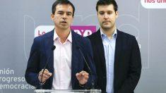 El candidato de UPYD a la presidencia del Gobierno, Andrés Herzog (i), junto al secretario general del grupo parlamentario en el Congreso, Jorge Alexandre (d), durante la rueda de prensa que ha ofrecido para anunciar novedades en el «caso Blesa» y el «caso Rato». (Foto: EFE)