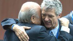 Villar se abraza con Blatter en un Congreso de la FIFA.