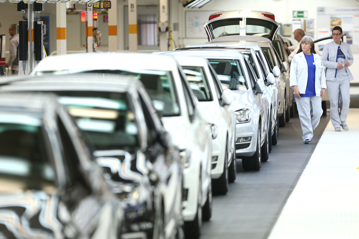 Un grupo de inspectores analiza los modelos afectados por el escándalo de Volkswagen. (Foto: GETTY)