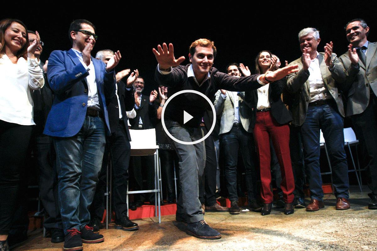 Albert Rivera saluda al público en el acto de Barcelona (Foto: Efe)