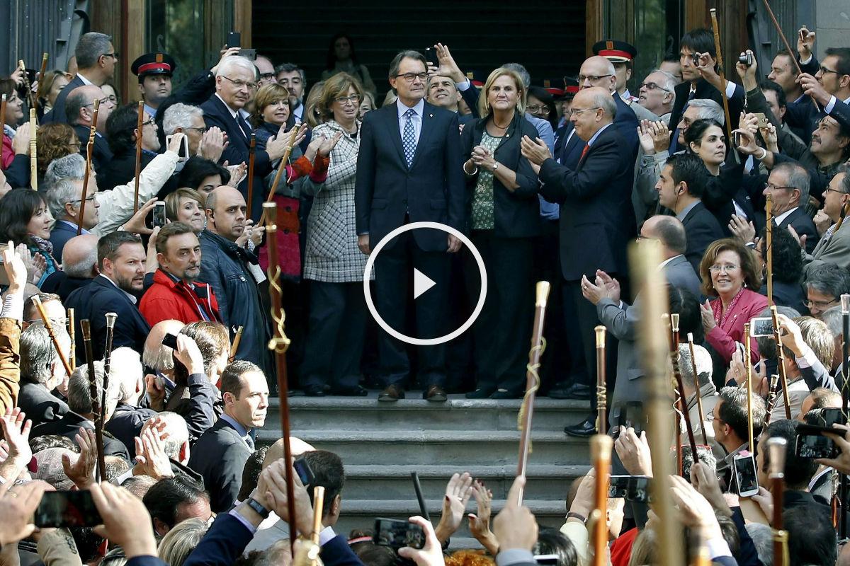 En torno a 400 alcaldes han acompañado a Mas a la entrada y salida del TSJC. (Foto: Efe)