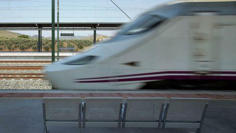 Imagen de un tren de la línea del AVE a Barcelona. Foto: Getty)