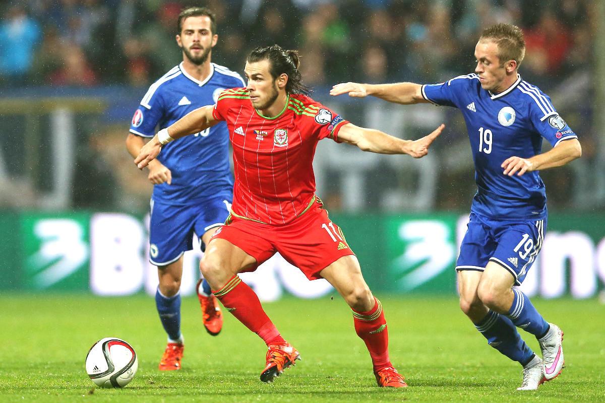 Gareth Bale controla la pelota en el partido de Gales en Bosnia. (Reuters)