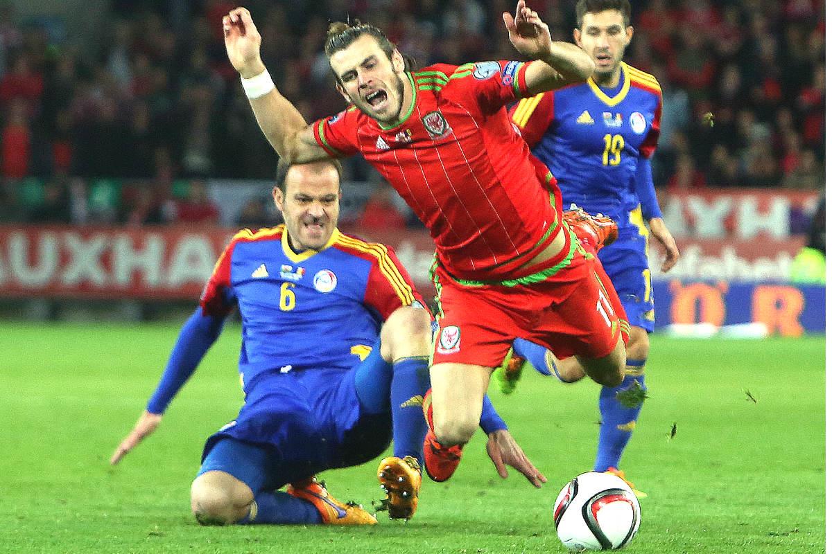 Bale es derribado por un jugador de Andorra. (AFP)