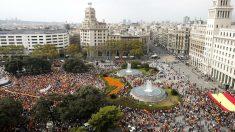 Aspecto de la plaza de Catalunya durante la manifestación por la unidad de España. (Foto: Efe)