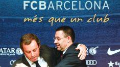 Josep María Bartomeu abraza a Sandro Rosell en la rueda de prensa de su despedida del Barcelona. (Getty)