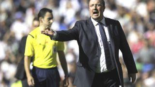 Rafa Benítez da instrucciones en un partido en el Bernabéu. (Getty)