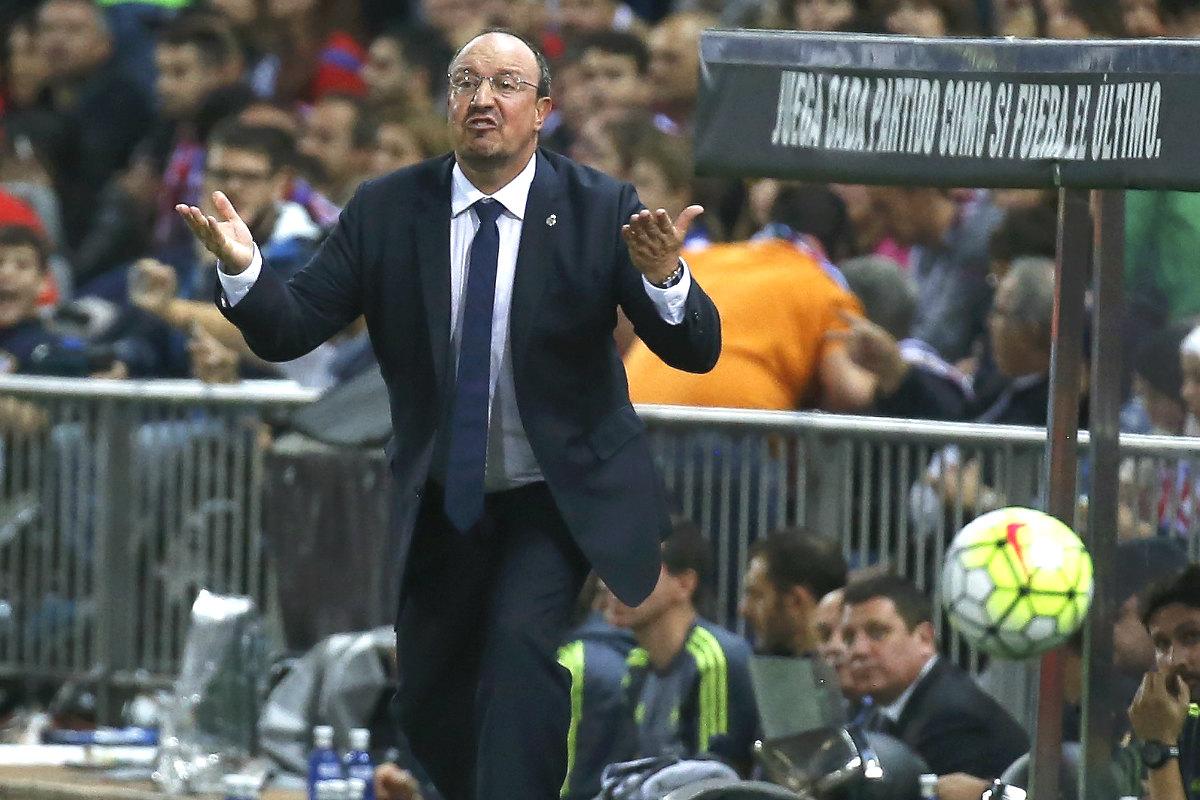 Rafa Benítez intenta dar instrucciones durante el partido ante el Atlético en el Calderón. (Getty)