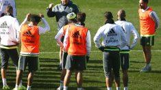 Benítez da instrucciones a sus jugadores en un entrenamiento en Valdebebas. (Getty)