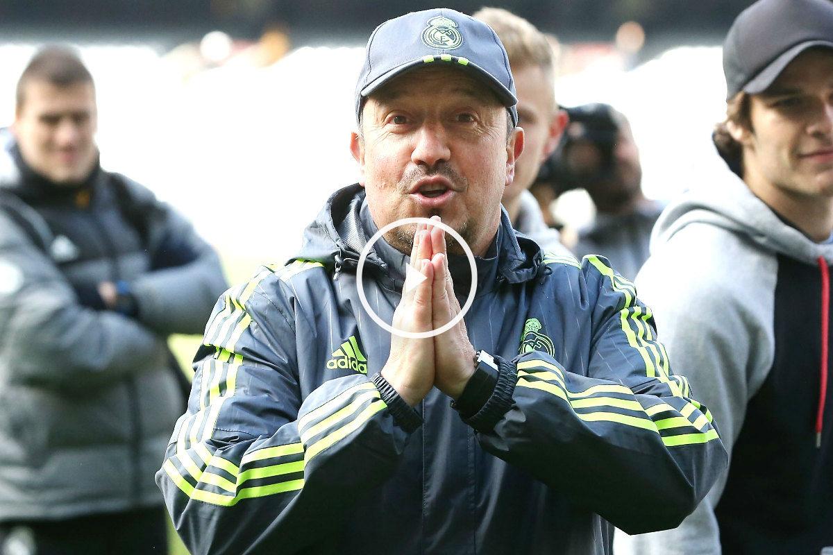 Benítez hace el gesto de pedir disculpas antes de un partido de pretemporada. (Getty)