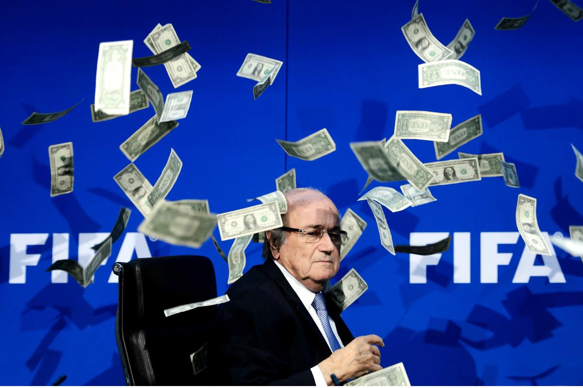 Joseph Blatter, presidente suspendido de la FIFA, en una rueda de prensa en la que le arrojaron billetes de dólar. (AFP)