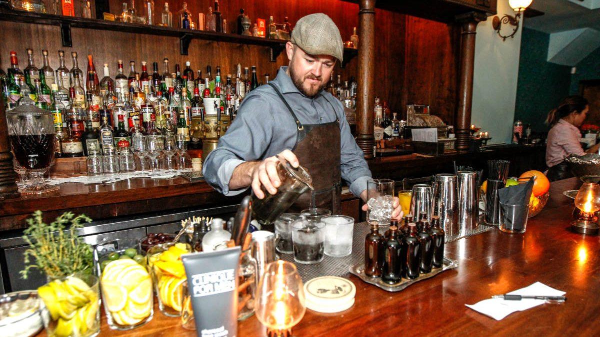 Barman preparando cócteles.
