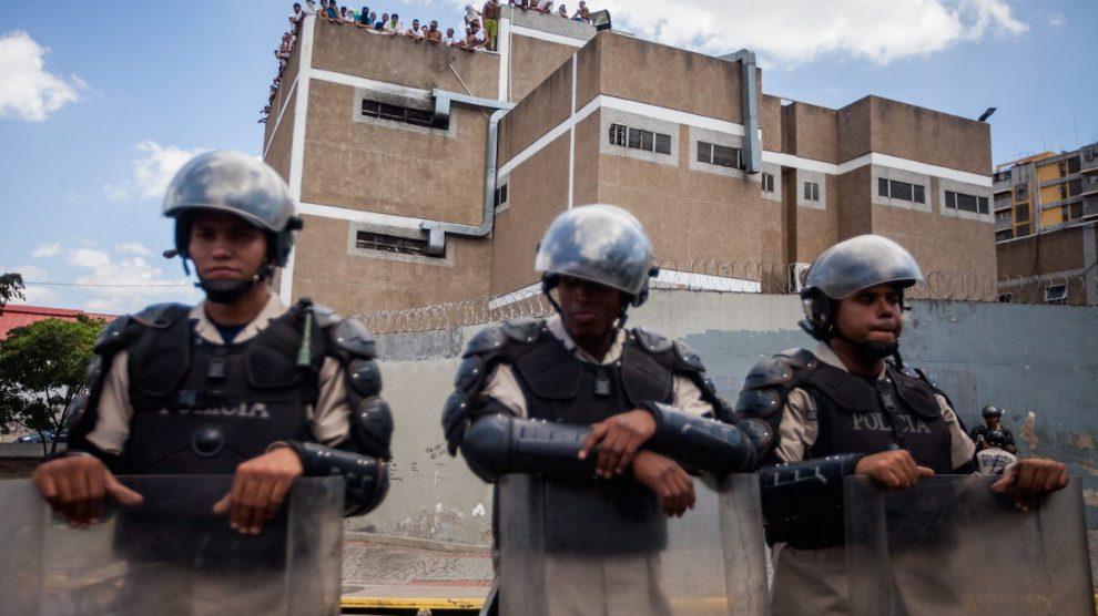 Policías apostados ante una prisión de Caracas (EFE)