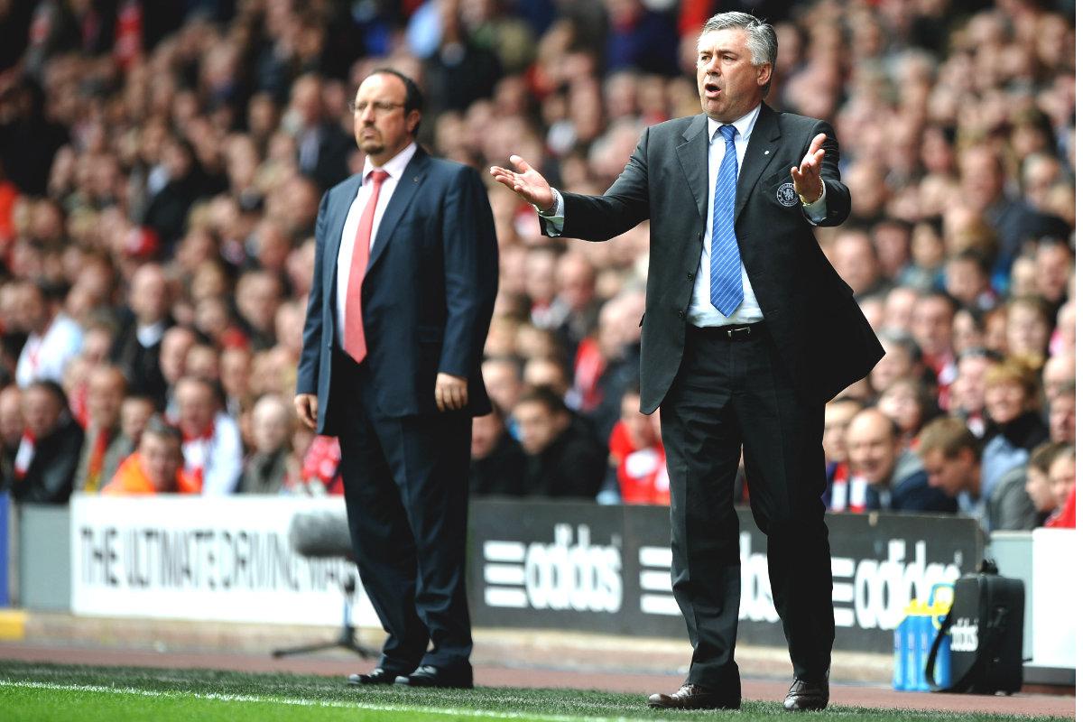 Carlo Ancelotti, con Rafa Benítez al fondo, el un Chelsea-Liverpool de la Premier. (Getty)