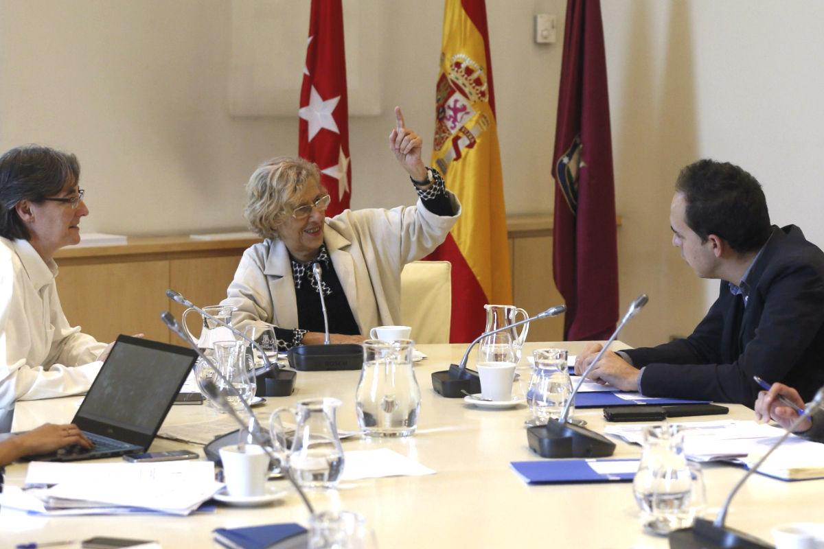 Manuela Carmena durante una reunión. (Foto: EFE)