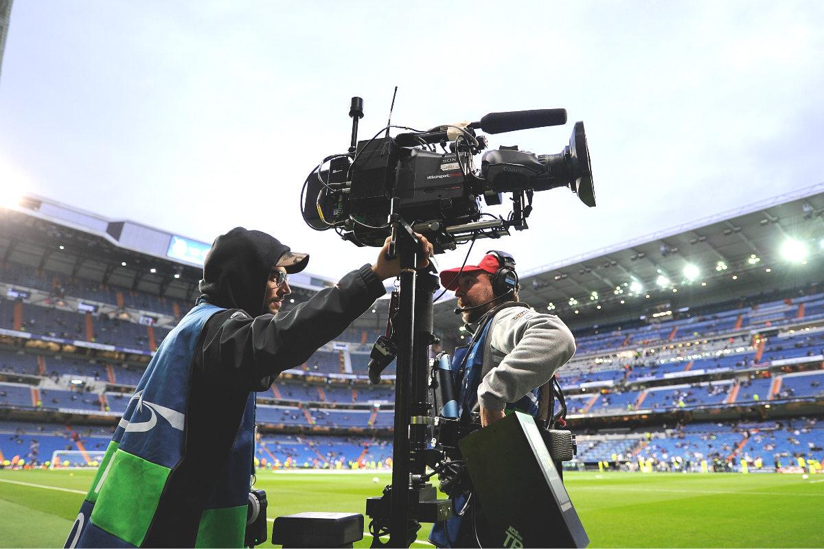 Un cámara y su ayudante, en los prolegómenos de un partido de Champions en el Bernabéu. (Getty)