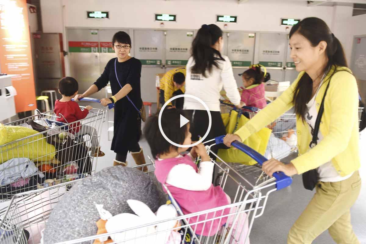 Dos madres chinas con sus pequeños en un centro comercial. (Foto: AFP)