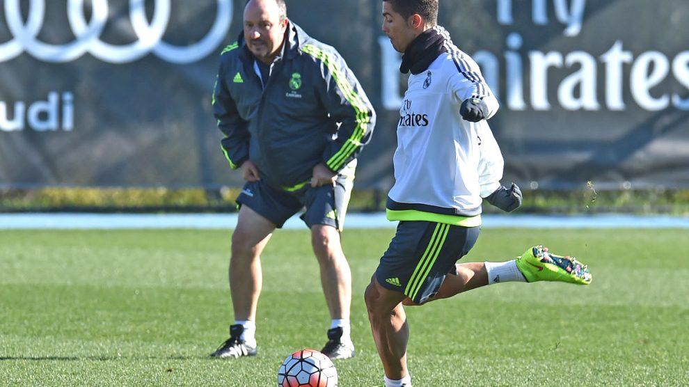 Cristiano Ronaldo golpea la pelota ante la atenta mirada de Rafa Benítez. (Getty)