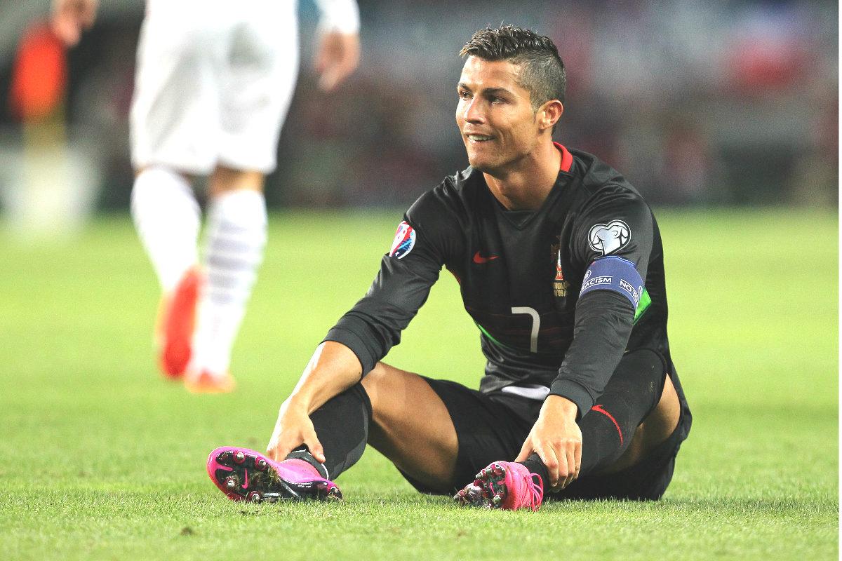 Cristiano Ronaldo, sentado en el césped en un partido con Portugal. (Getty)