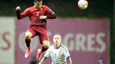Cristiano remata un balón en el partido ante Dinamarca (Reuters)