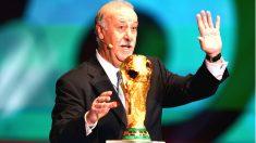 Vicente del Bosque, seleccionador español, con la Copa del Mundo. (Getty)