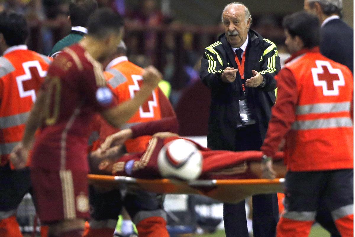 Morata se retira en camilla ante la mirada de Del Bosque (Getty)