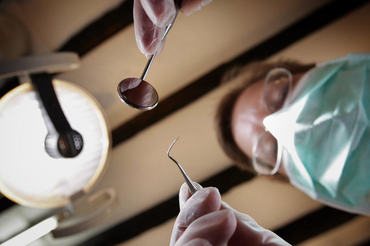 Cada día son más las personas mayores que optan por ponerse un ortodoncia. (Foto: Getty)