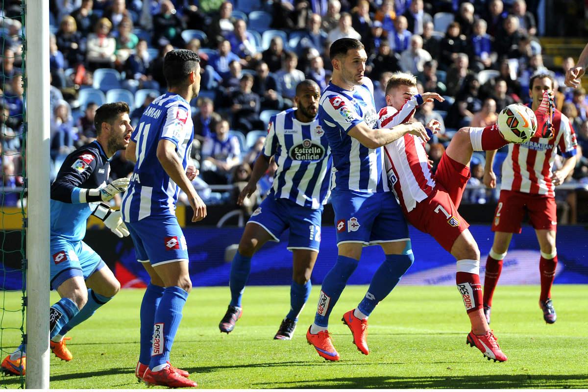 Antoine Griezmann intenta rematar ante Lucas Pérez en el último Depor-Atlético. (AFP)