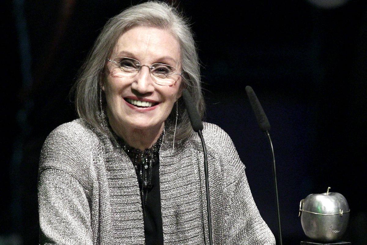 Ana Diosdado compaginó su profesión de dramaturga con la de actriz y guionista. De padres actores, debutó en el teatro con tan solo 5 años. Falleció por un derrame cerebral en la sede de la SGAE  a la edad de 77 años.