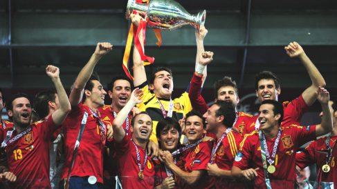 Los jugadores de la selección española levantan la Eurocopa de 2012. (Getty)