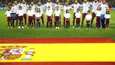 Los jugadores de la selección española escuchan el himno antes del partido ante Luxemburgo. (EFE)