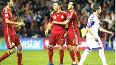 Cazorla se abraza con Pedro tras marcar el primer gol de España. (EFE)