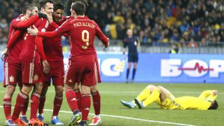 Los jugadores de España celebran el gol de Mario que dio la victoria en Ucrania. (Reuters)