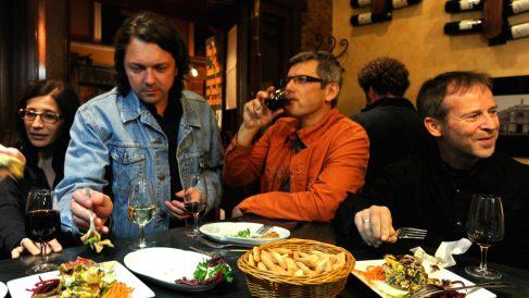 Turistas disfrutan de tapas en el barrio de La Latina, en Madrid. (Foto: Getty)
