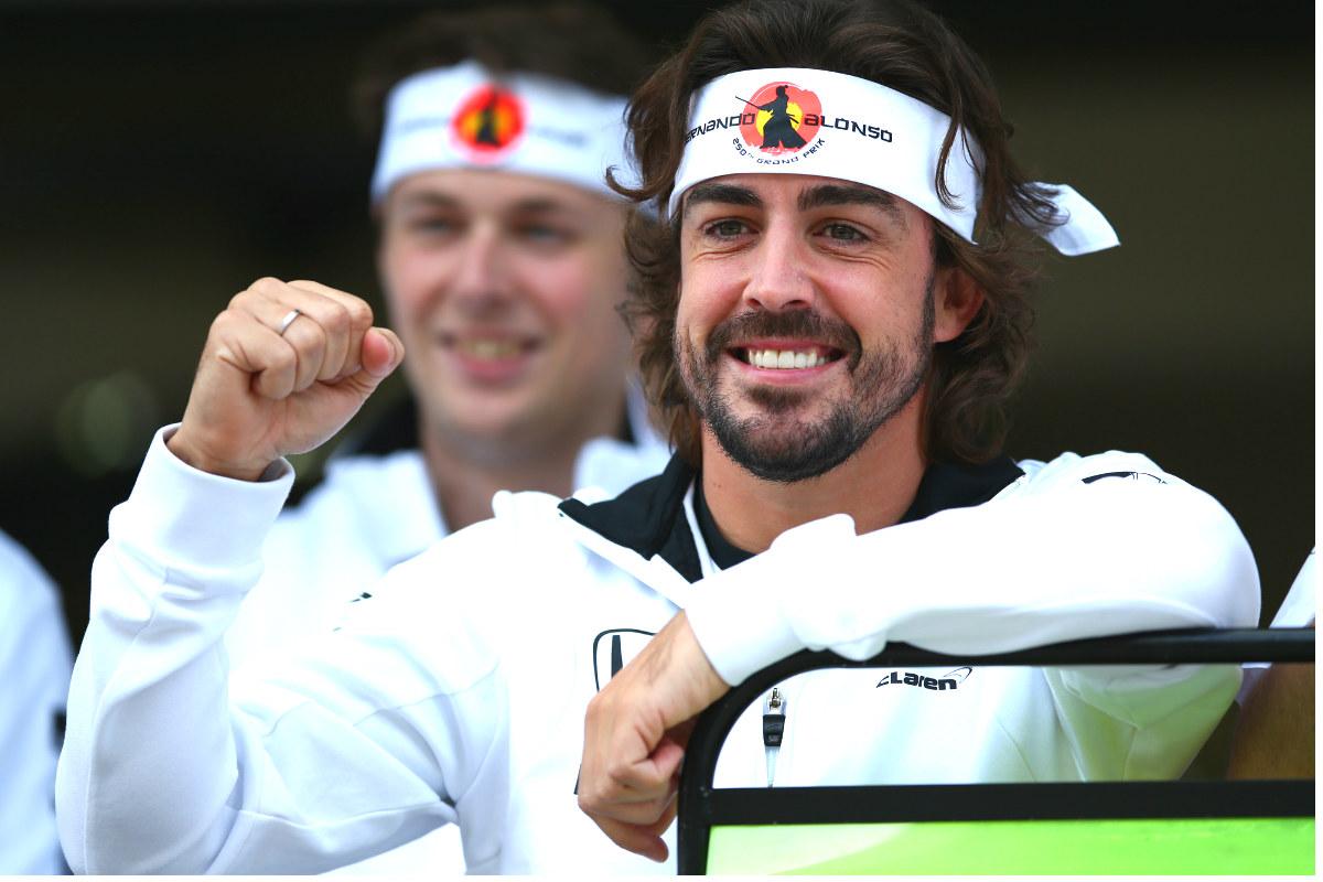 Fernando Alonso posa junto a su equipo con una cinta de samurai alusiva a sus 250 carreras en Fórmula 1. (Getty)