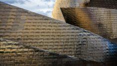 El exterior del Guggenheim Bilbao, compuesto de placas de titanio. (Foto: Getty)