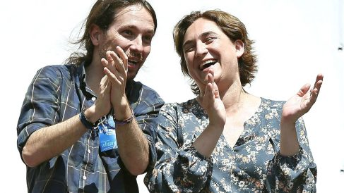 El líder de Podemos, Pablo Iglesias, junto a la alcaldesa de Barcelona (Foto: Efe)