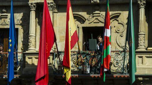 La ikurriña lució en el Ayuntamiento de Pamplona en el chupinazo de los sanfermines. (Foto: Getty)